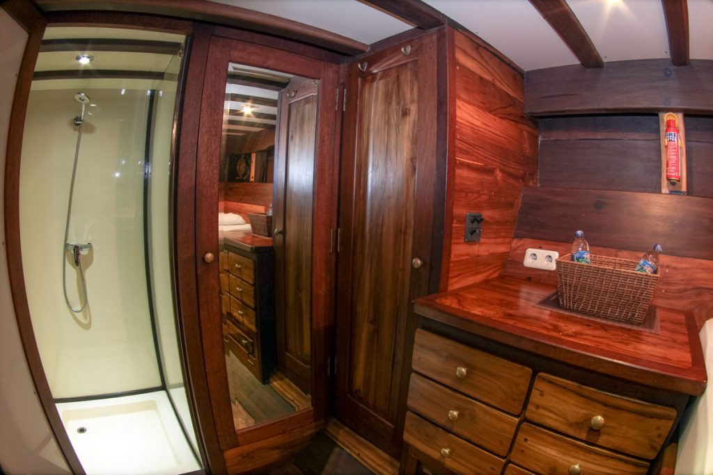 private-bathroom-liveaboard